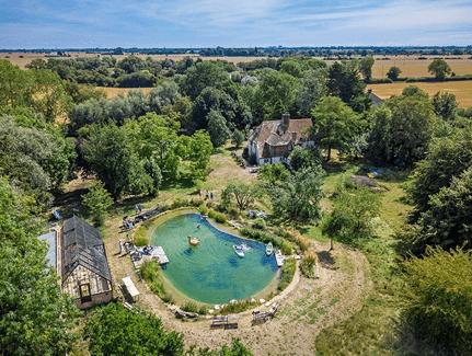 Est-ce qu'on peut nager dans un étang avec des poissons?